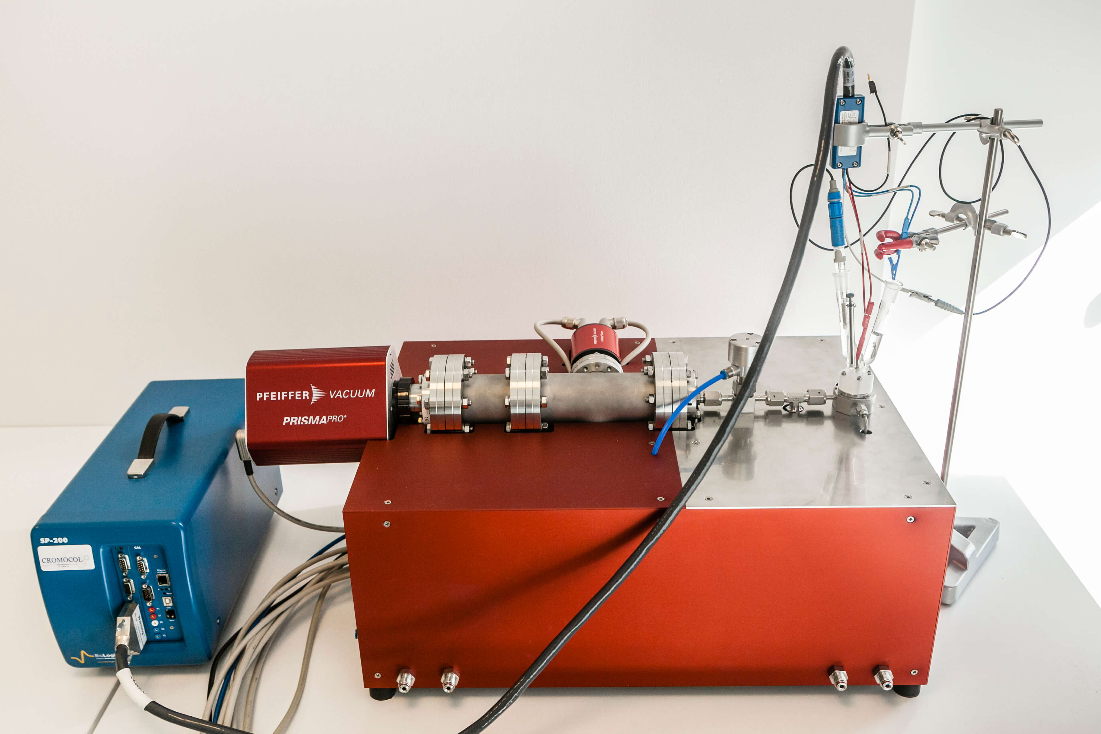 Complete system featuring potentiostat, embedded mass spectrometer, glassware, reference electrode
